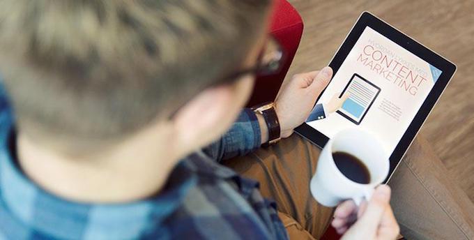 Jonas-leser-ebok-og-drikker-kaffi