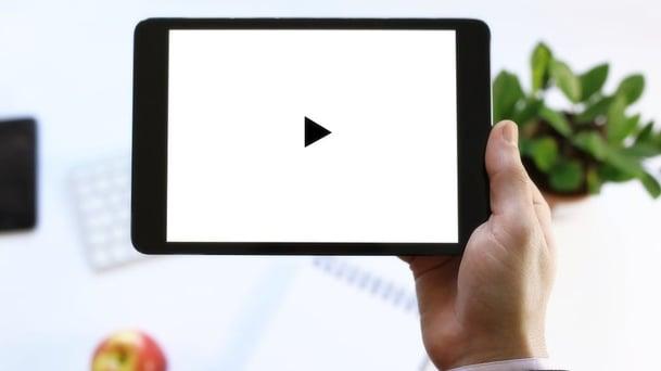 Personalisert video i e-post bryter isen og gir kunden hakeslepp-560618-edited.jpg