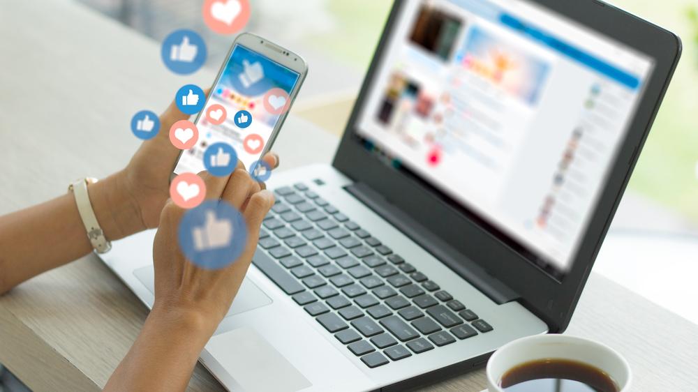 Likes og hjerter på annonseringsposter i sosiale medier